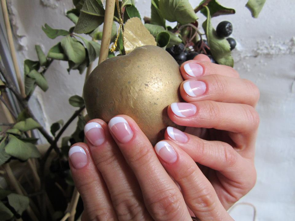 Geelküüned prantsuse maniküüriga